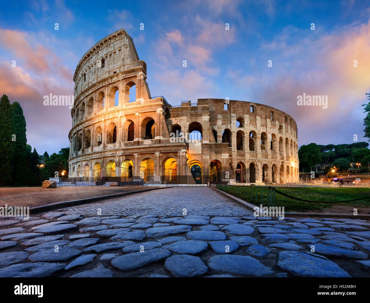 Vista del Coliseo de Roma y el sol de la mañana, Italia, Europa. Imagen De Stock