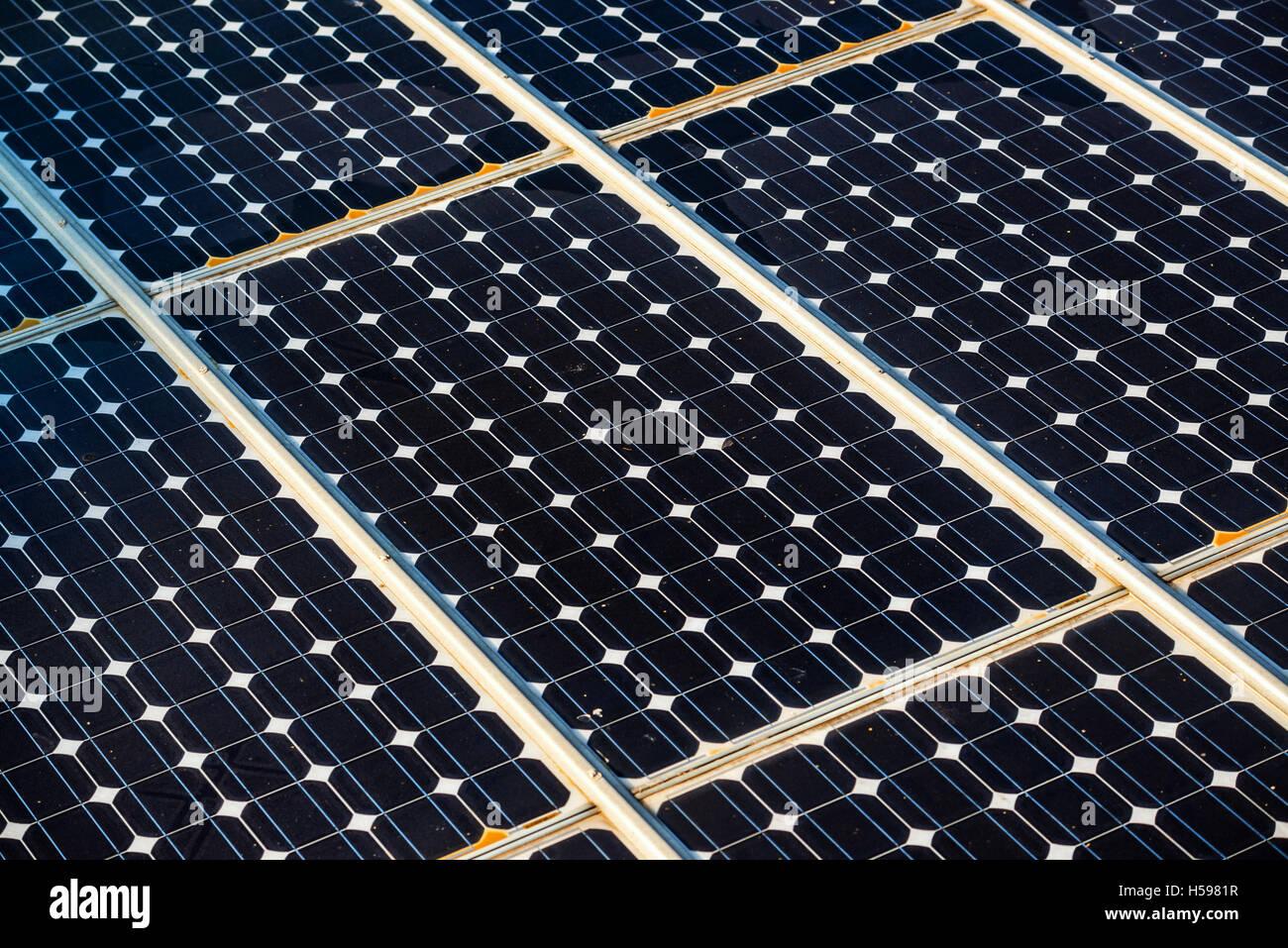 Superficie de paneles solares, la tecnología para la energía renovable y la industria eléctrica Imagen De Stock