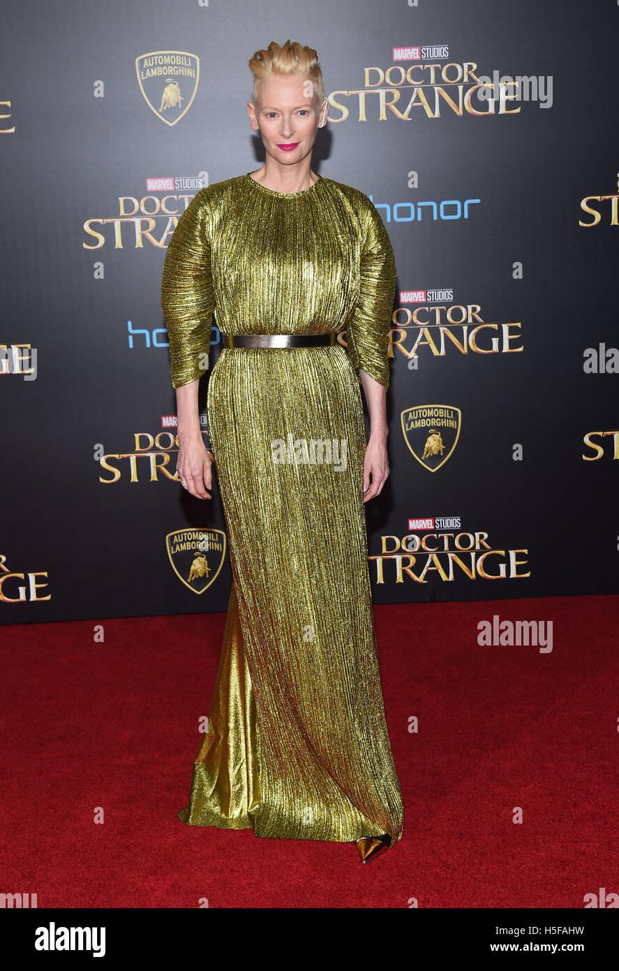Hollywood, California, USA. 20 Oct, 2016. Tilda Swinton llega para el estreno de la película 'Doctor extraño' Imagen De Stock
