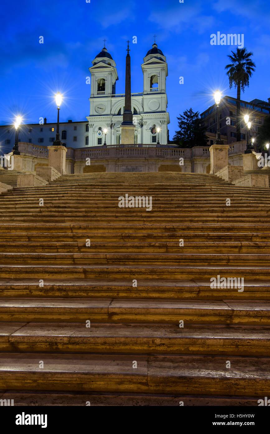 Vista nocturna de la Escalinata Española, Piazza di Spagna, Roma, Lazio, Italia Foto de stock