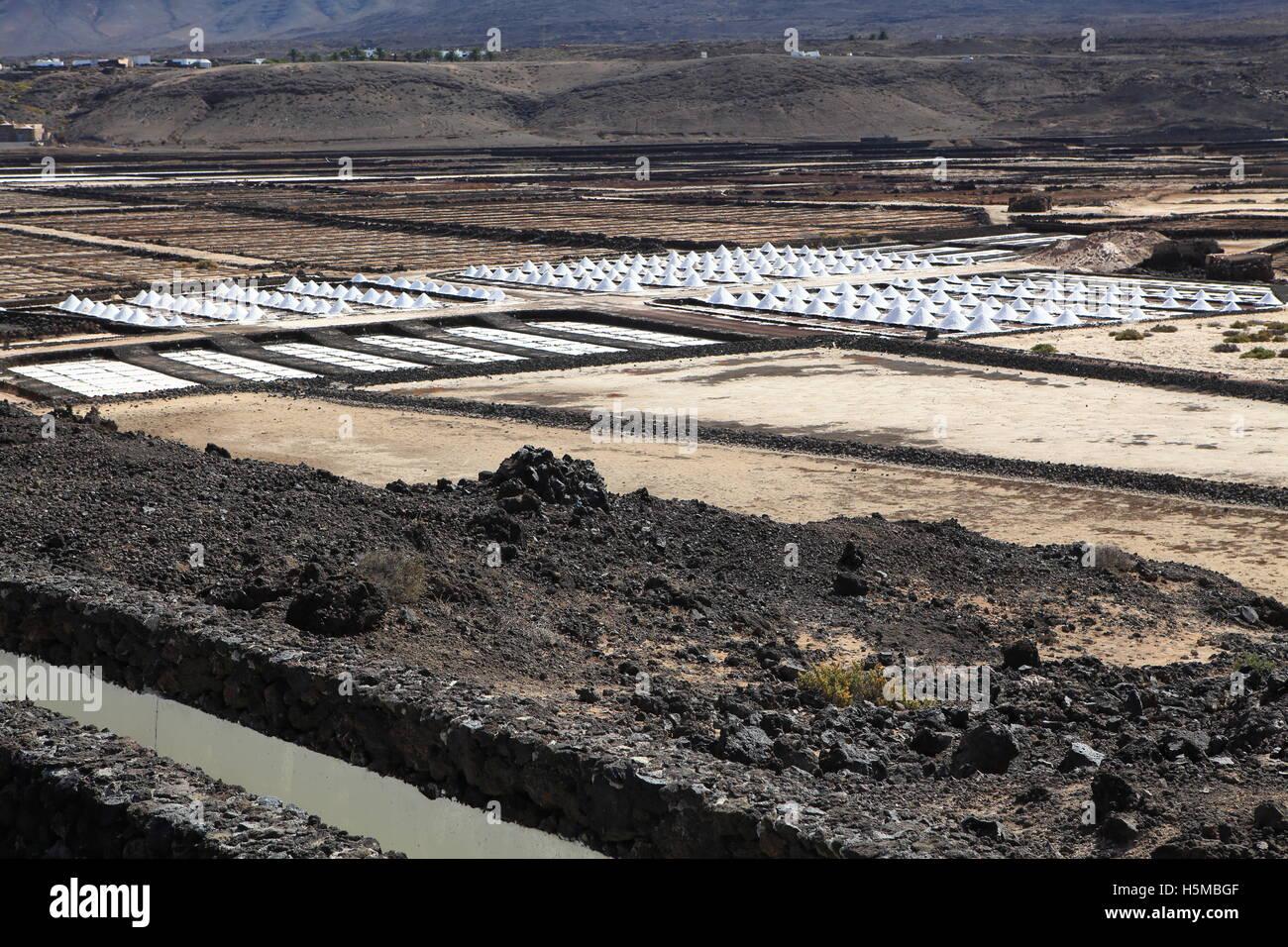 Salinas de Janubio (salinas) cerca de Yaiza, Lanzarote, Islas Canarias, montones de sal de mar listos para empaque. Imagen De Stock