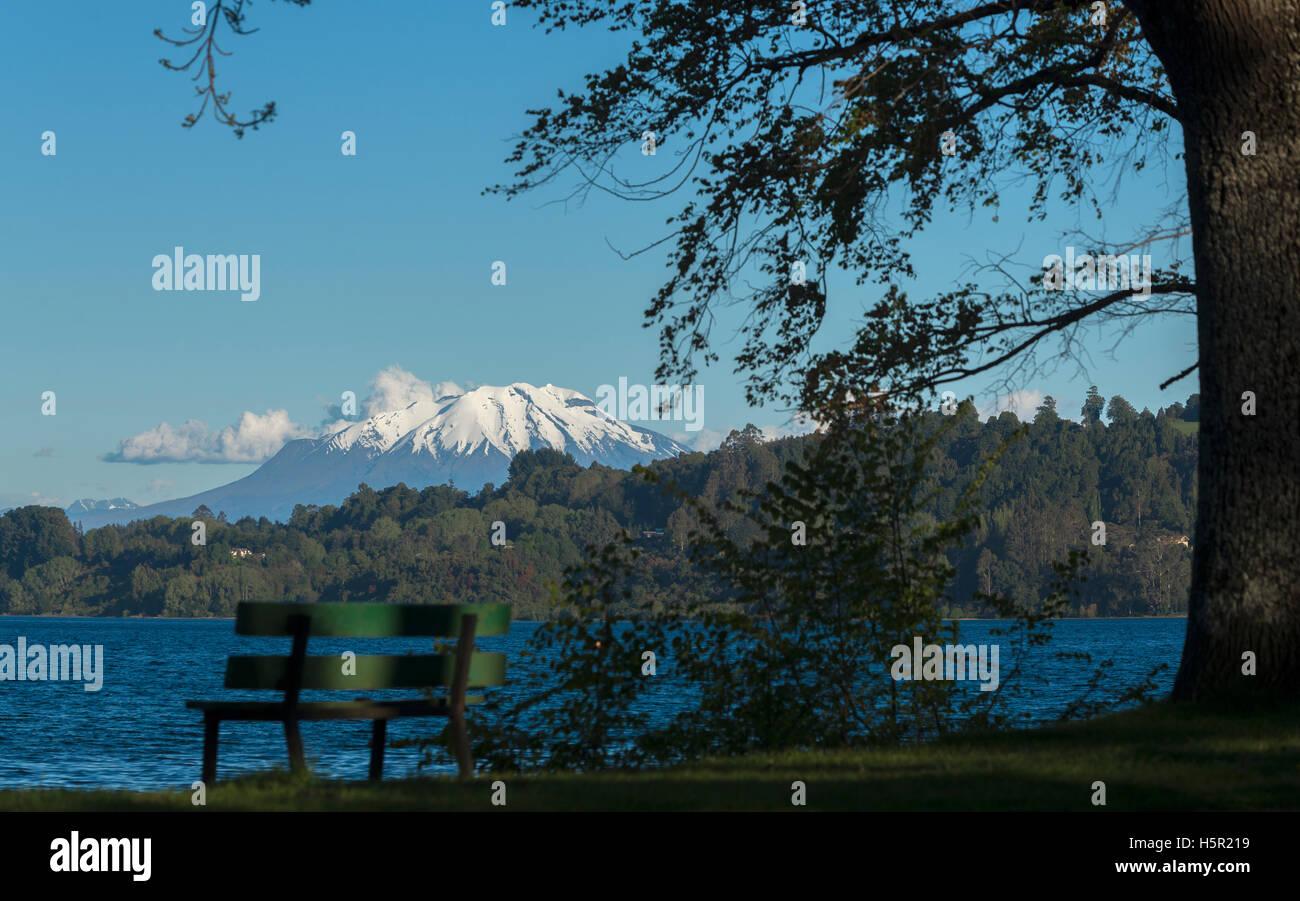 El volcán Calbuco y Lago LLanquihue. El lago Llanquihue y volcán Calbuco. Imagen De Stock