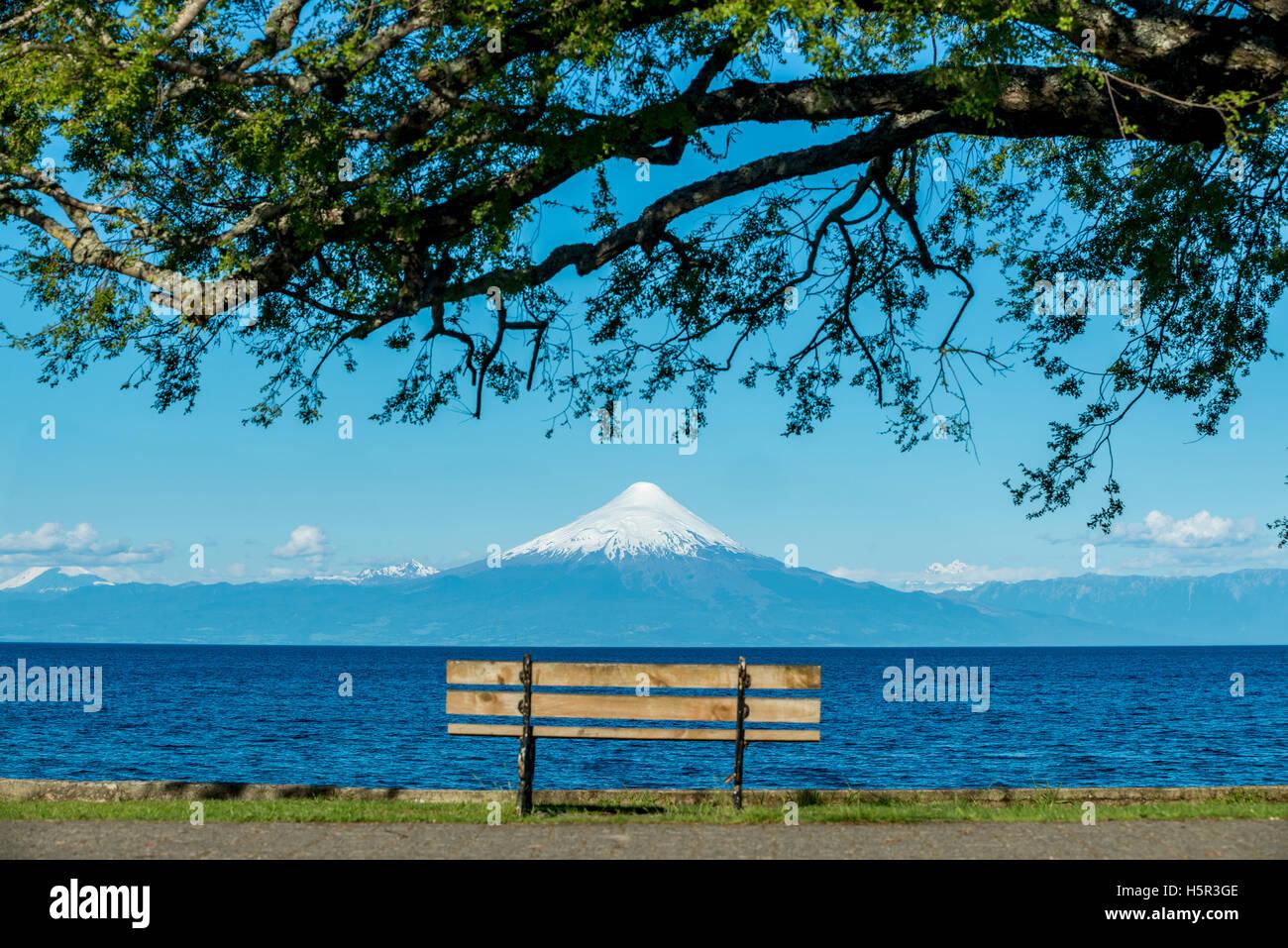 Volcán Osorno y Lago LLanquihue. El lago Llanquihue y el volcán Osorno. Imagen De Stock