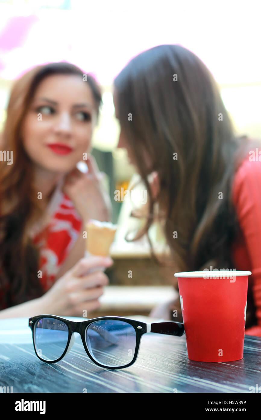 Pareja amiga café en mall Foto de stock
