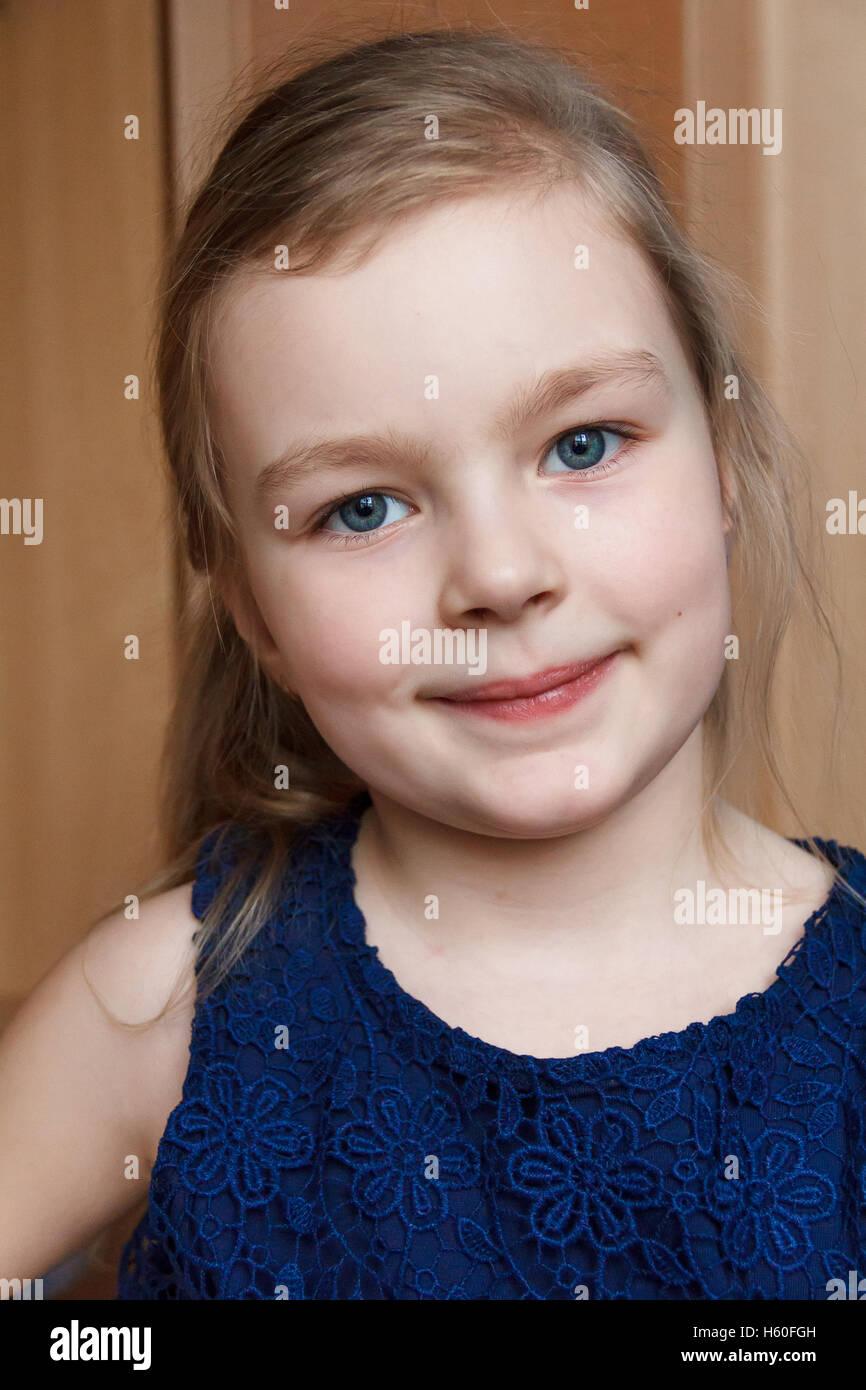 Retrato de hermosa chica rubia caucásica interiores sonriente Foto de stock