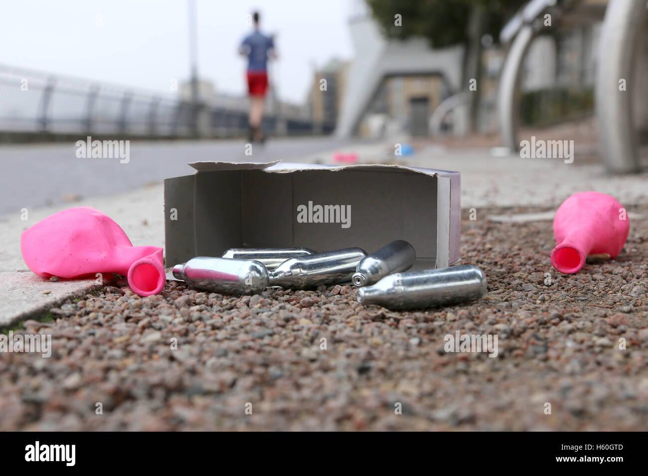 Bombonas de óxido nitroso, globos y cajas de basura por el camino del Támesis después de jóvenes pasan la noche inhalando el gas hilarante. Foto de stock