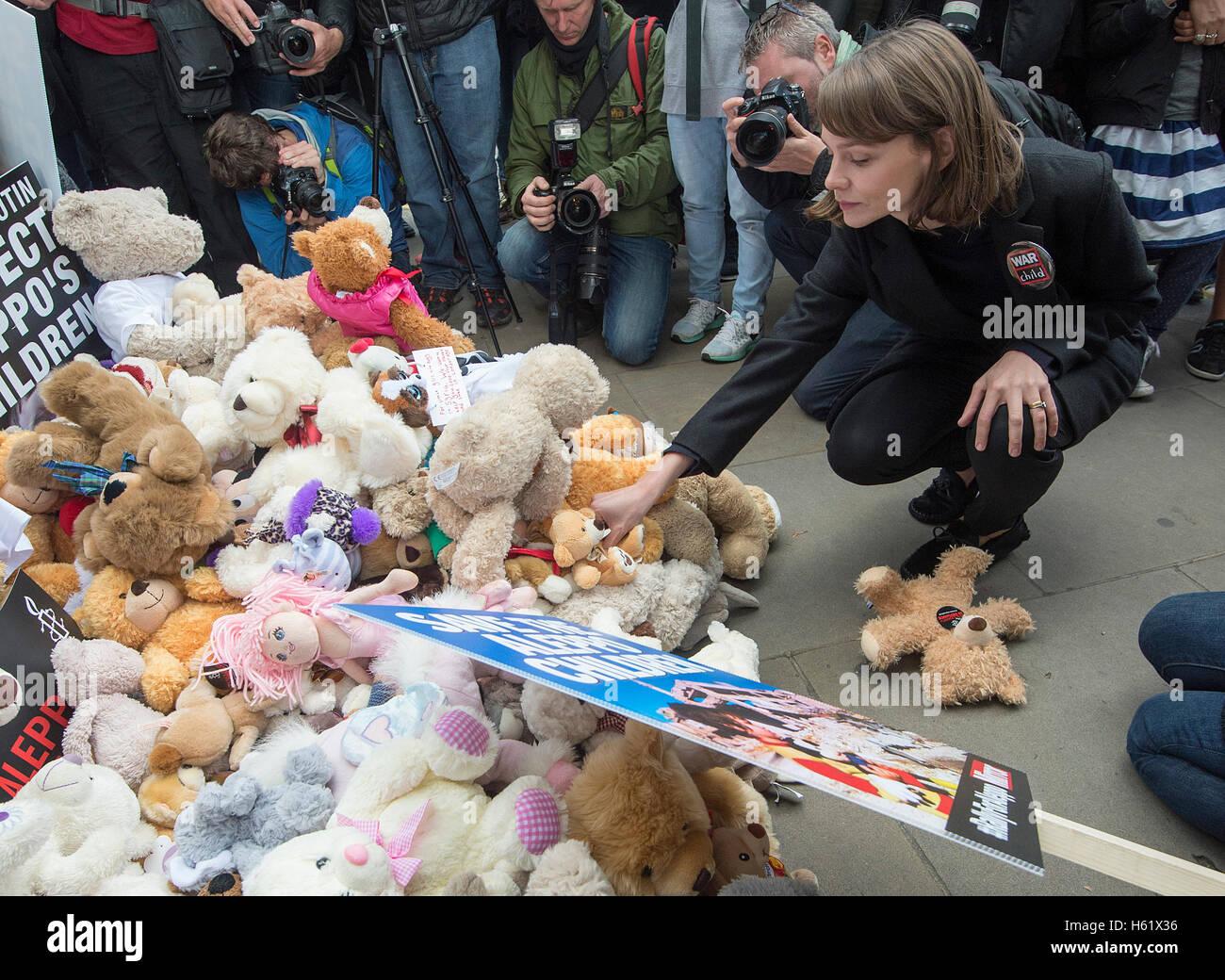 Downing Street/Whitehall.La actriz Carey Mulligan coloca un oso de peluche en Whitehall las puertas No10 Imagen De Stock