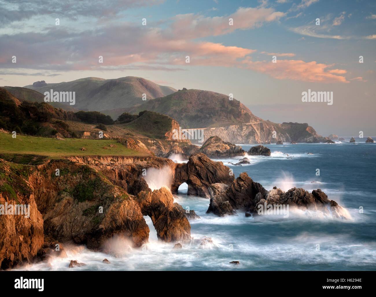 Los arcos y las olas en la costa de Big Sur, California Imagen De Stock