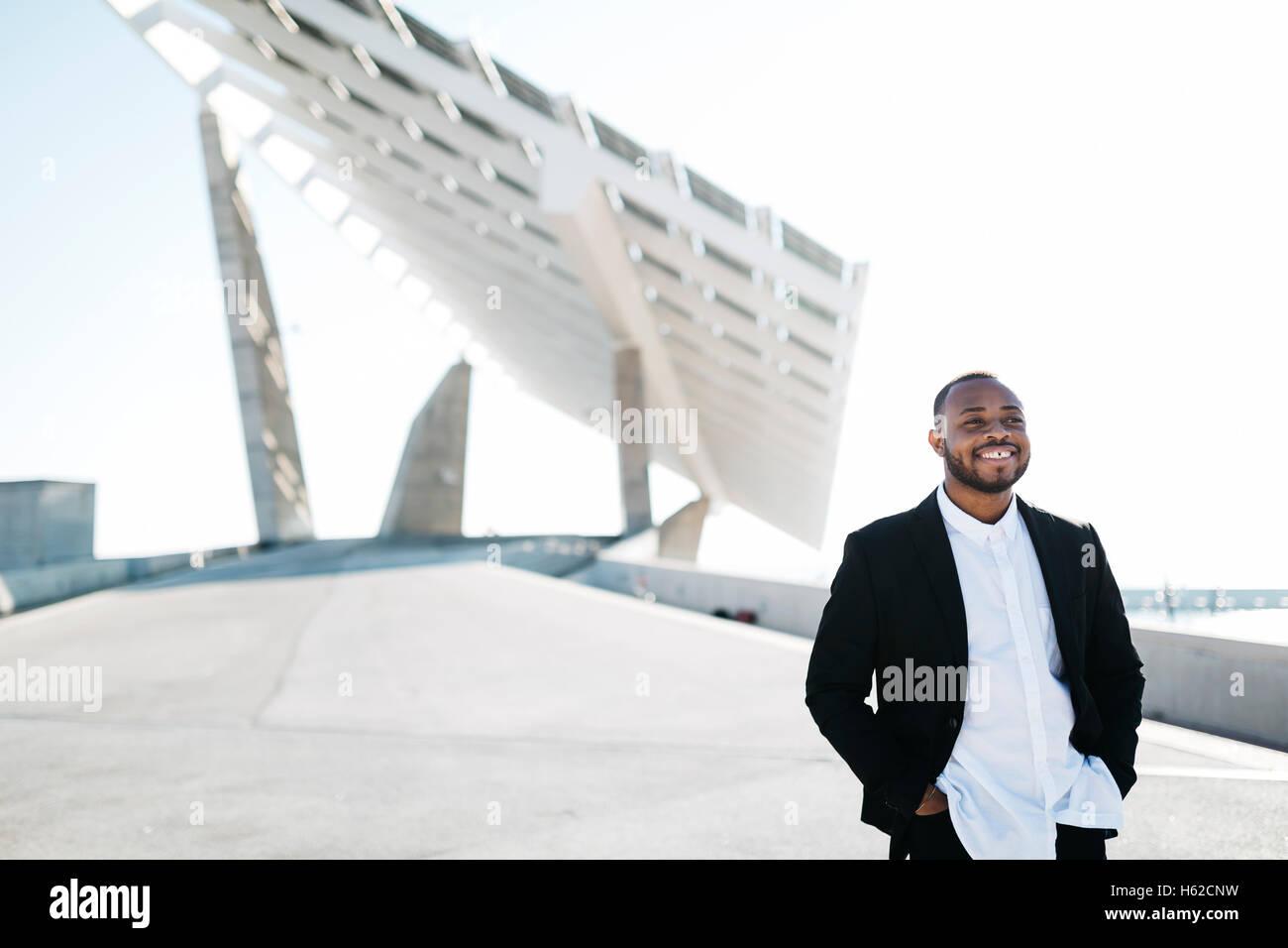Empresario sonriente en paneles solares Imagen De Stock