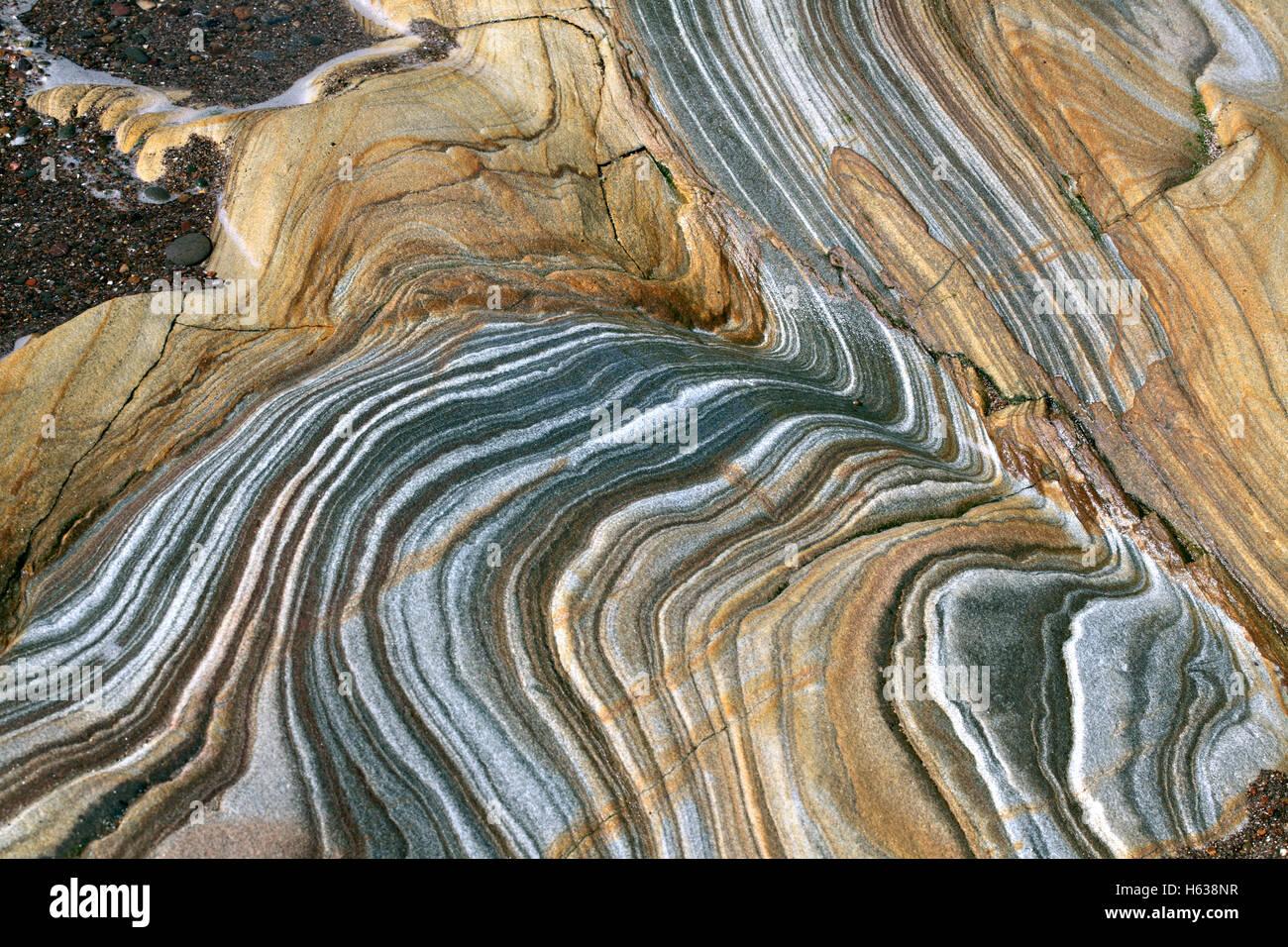 Los pliegues y la estratificación en coloridos afloramientos rocosos en Spittal Beach, cerca de Berwick-upon Imagen De Stock