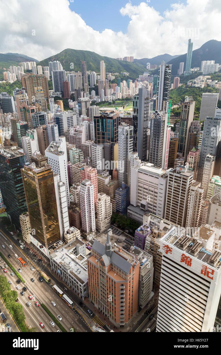 Los rascacielos en Wan Chai y Happy Valley, en la isla de Hong Kong en Hong Kong, China, visto desde arriba. Imagen De Stock