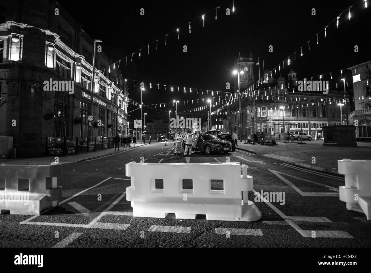 Oscuro, Moody noche en Blackpool, Inglaterra durante el otoño, mientras que el Negro famoso iluminaciones están encendidos Foto de stock