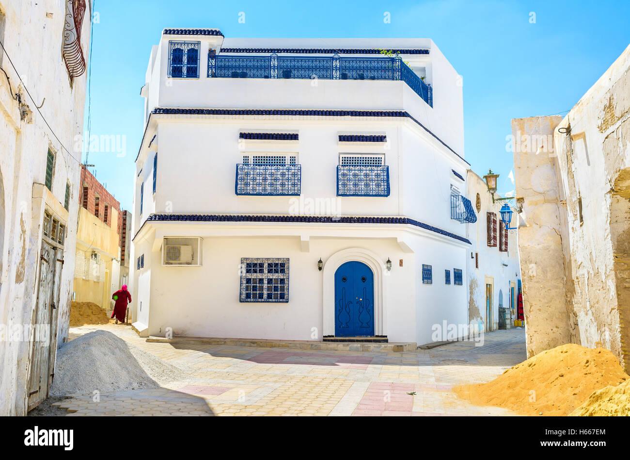 La casa grande, como para la antigua medina árabe, en el cruce de Kairouan, Túnez. Imagen De Stock