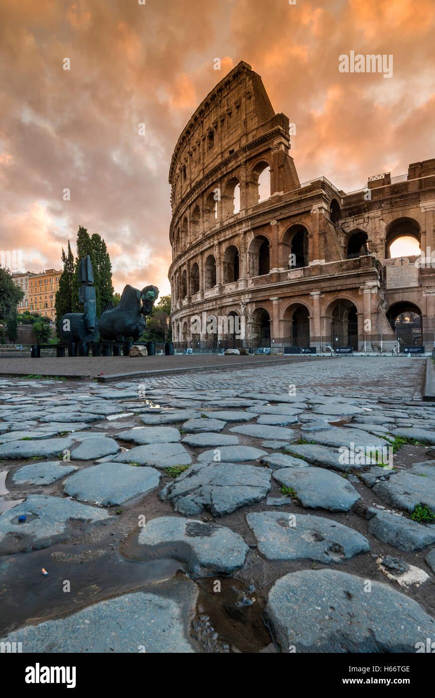 Vista del amanecer sobre el Coliseo o el Coliseo, Roma, Lazio, Italia Imagen De Stock