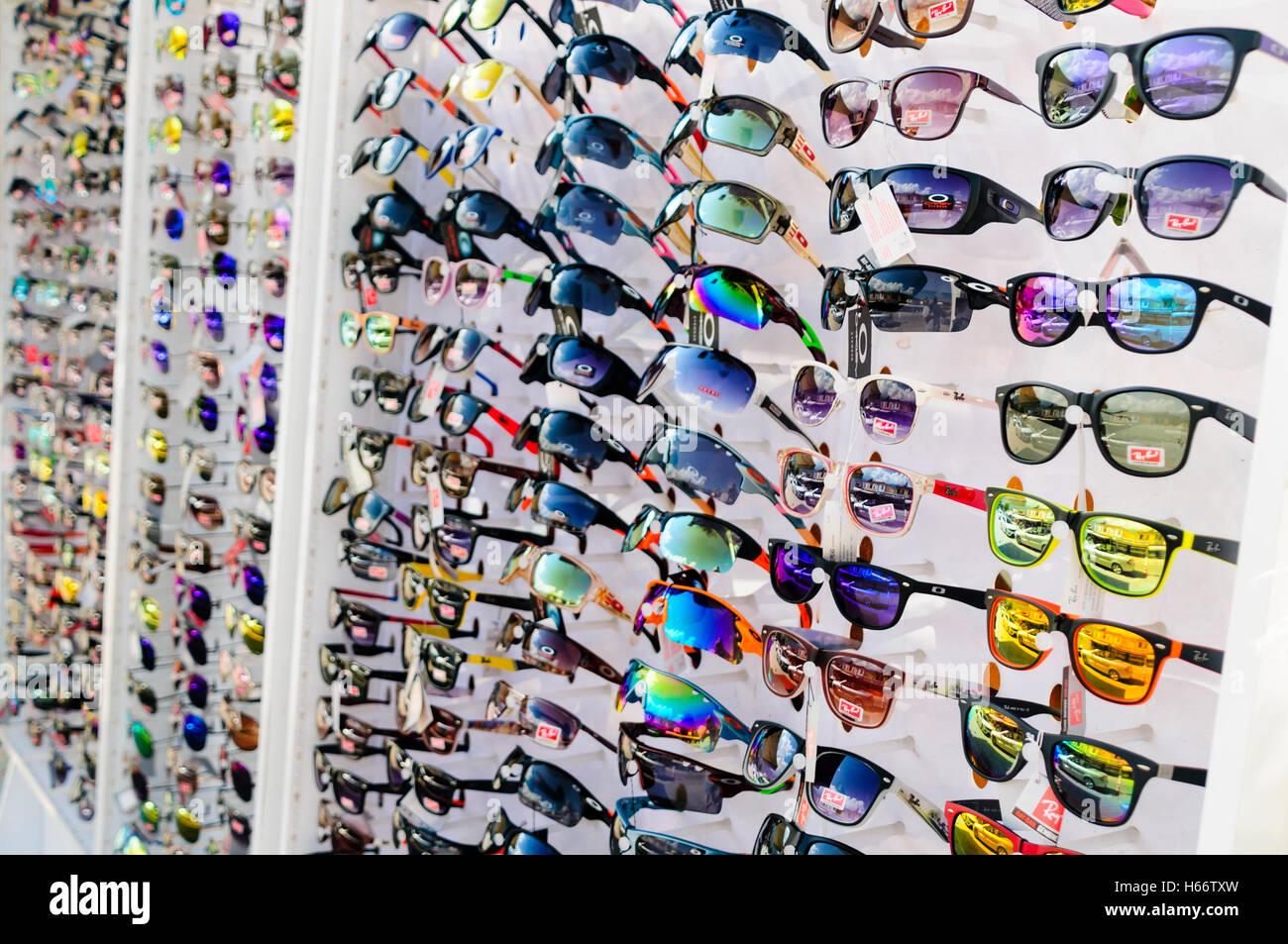 Tienda en Turquía la venta de falsificaciones y Rayban Oakley gafas de sol.  Imagen De 3cfbdd9a8e0c3