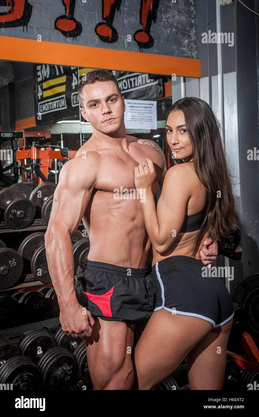 La pareja masculina y femenina en un gimnasio Foto de stock