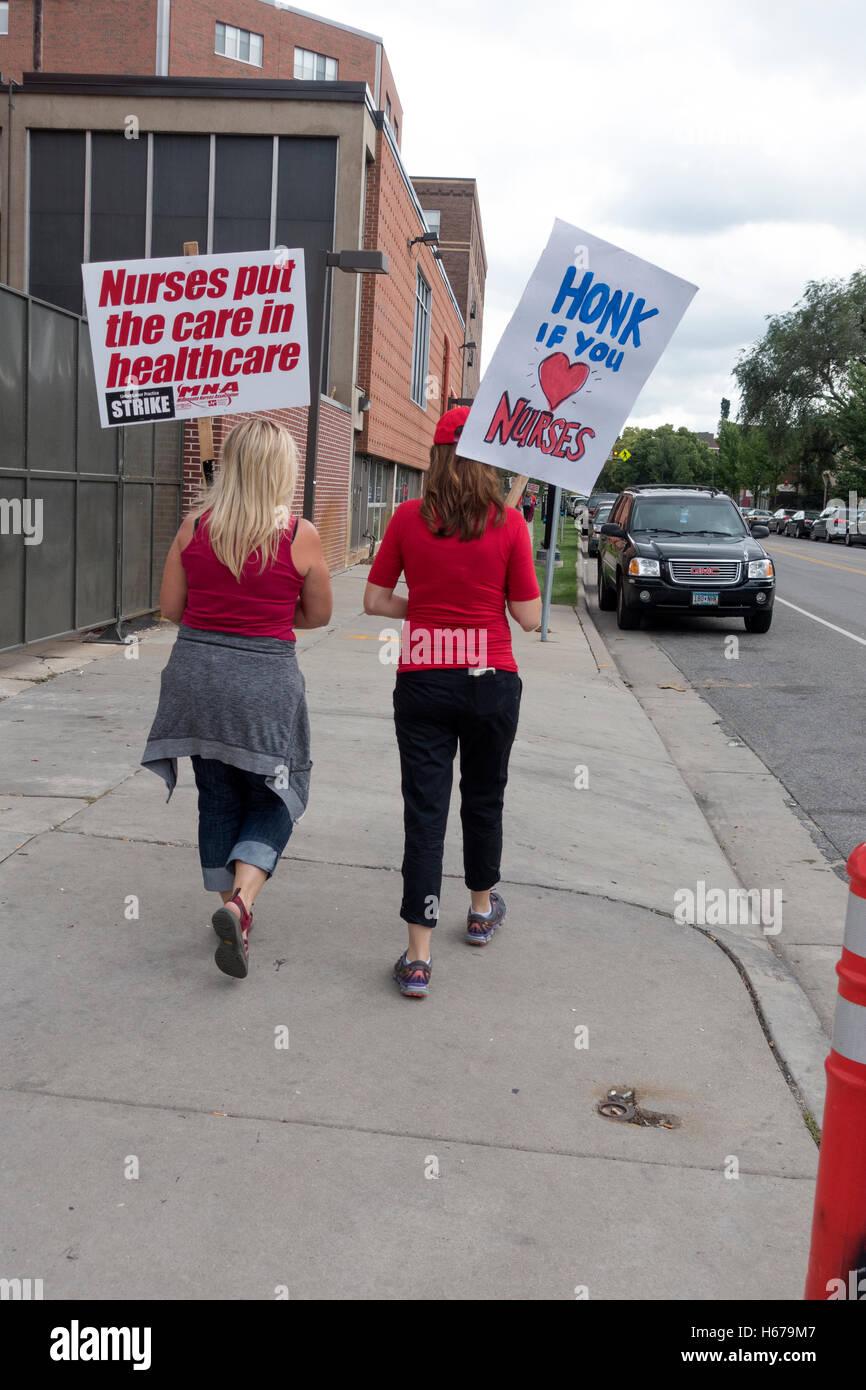 Las enfermeras caminando piquete fuera Abad NW hospital protestando injusto paquete de salud. MN de Minneapolis, Imagen De Stock