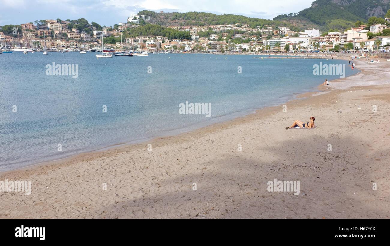 Una mujer sunbathes en cerca de una playa desierta, en Sóller, Mallorca Imagen De Stock