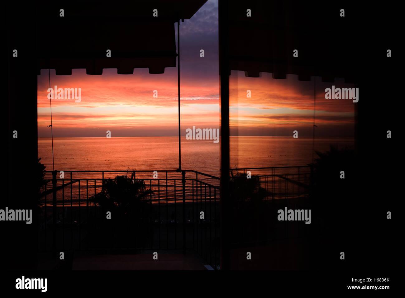 Diano Marina en la provincia de Imperia, en la región italiana de Liguria, Italia al amanecer cuando el sol se levanta Foto de stock