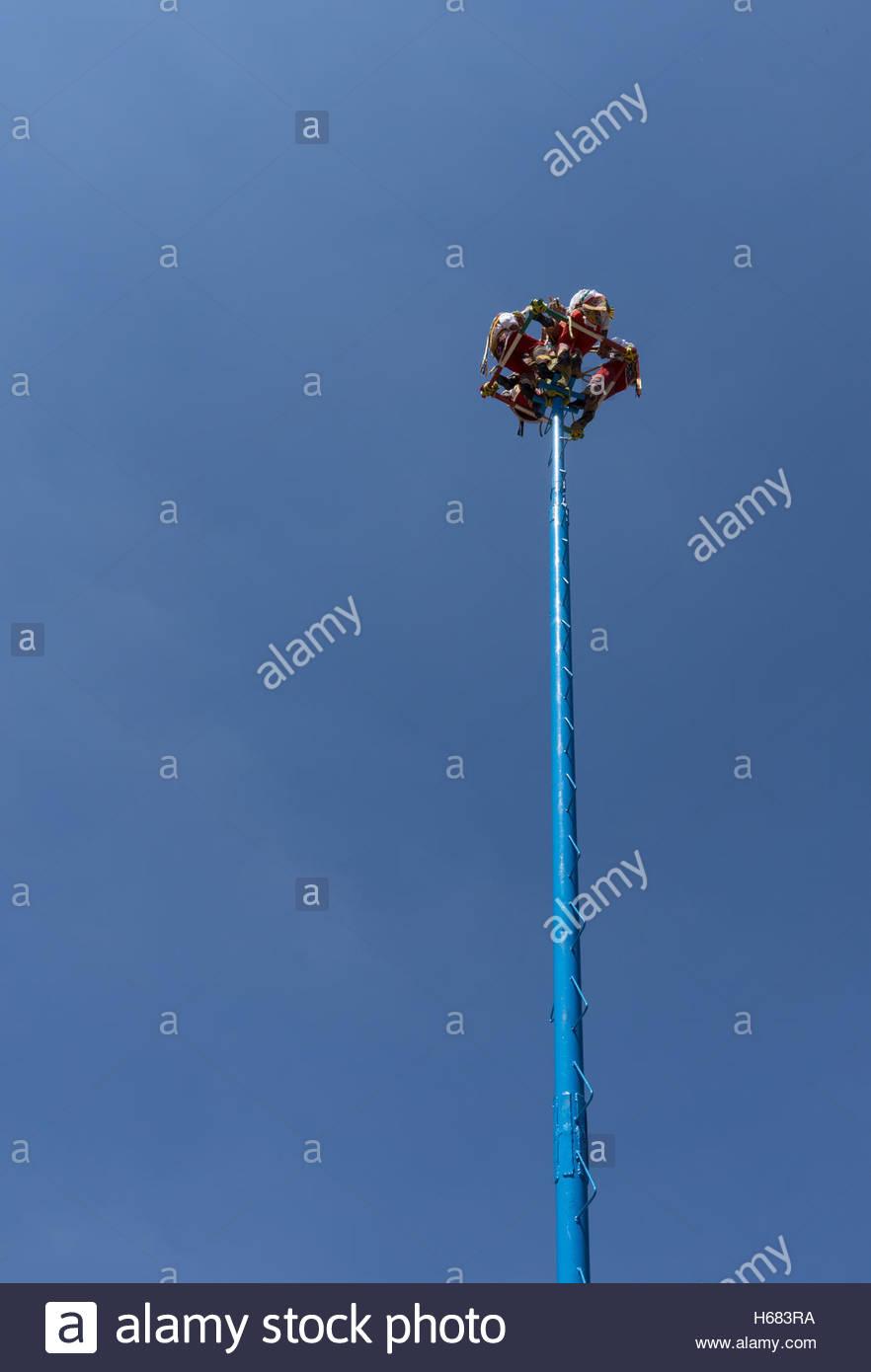 El comienzo de la Danza de los Voladores /Palo Volador en Xochimilco zona turística en la Ciudad de México. Imagen De Stock
