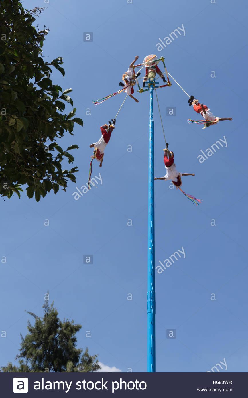 Danza de los Voladores/Danza de los Voladores con los voladores descienden, uno de una serie sobre este rendimiento Imagen De Stock