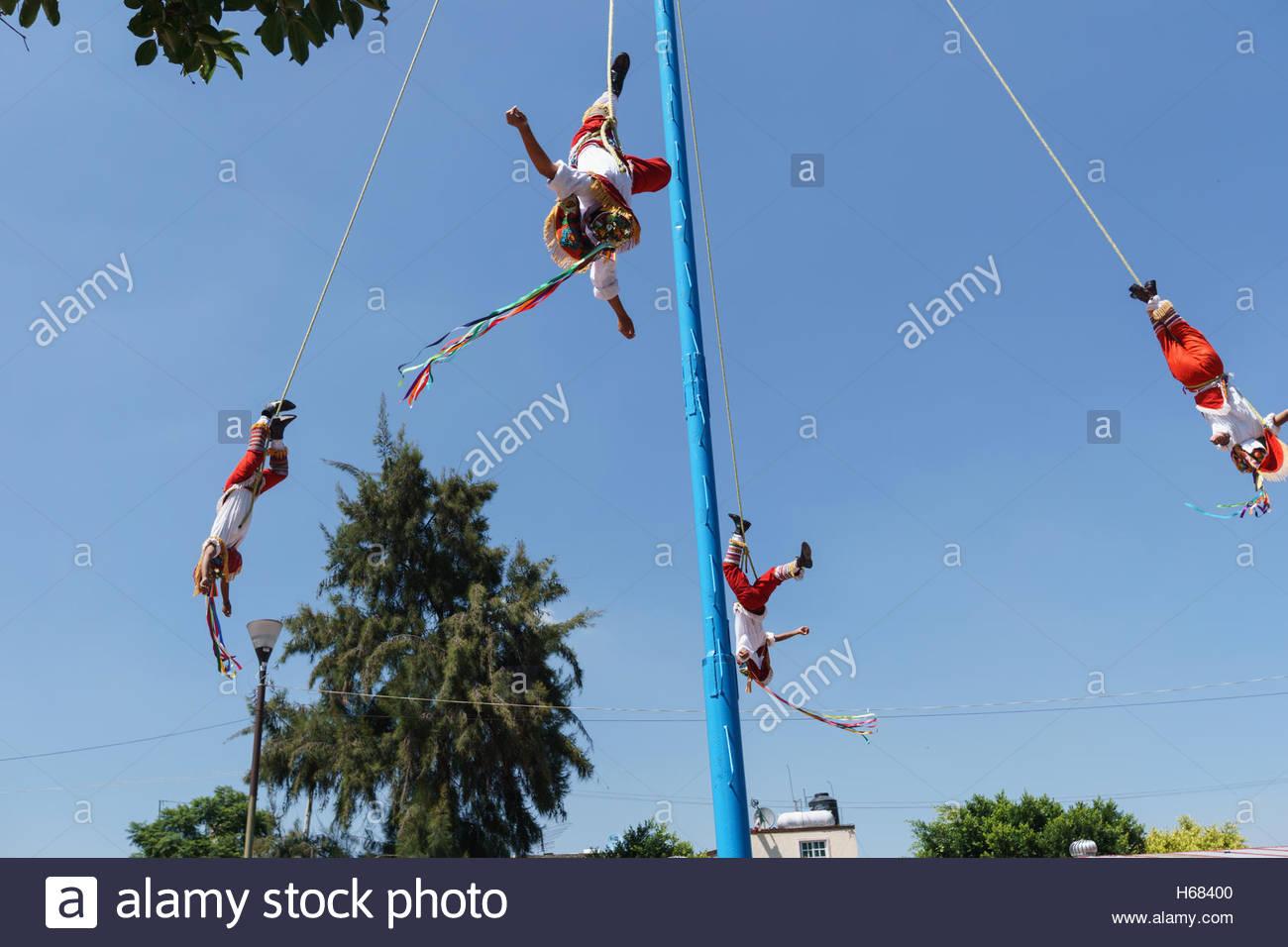 Danza de los Voladores en Xochimilco, en la Ciudad de México. Cinco hombres hacer esto para los turistas. 1 Imagen De Stock