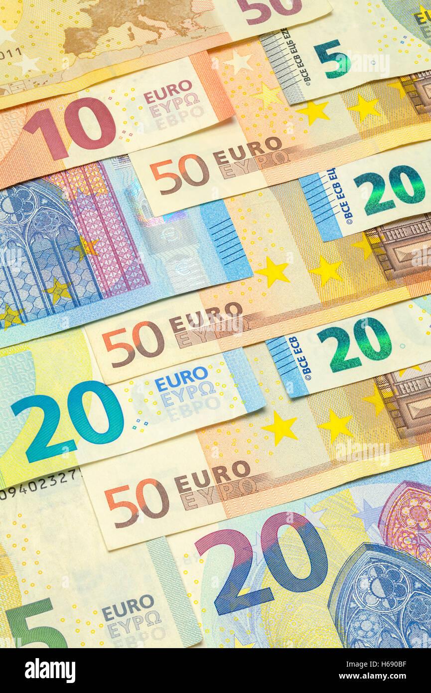 Varios billetes de euros en disposición vertical. Imagen De Stock