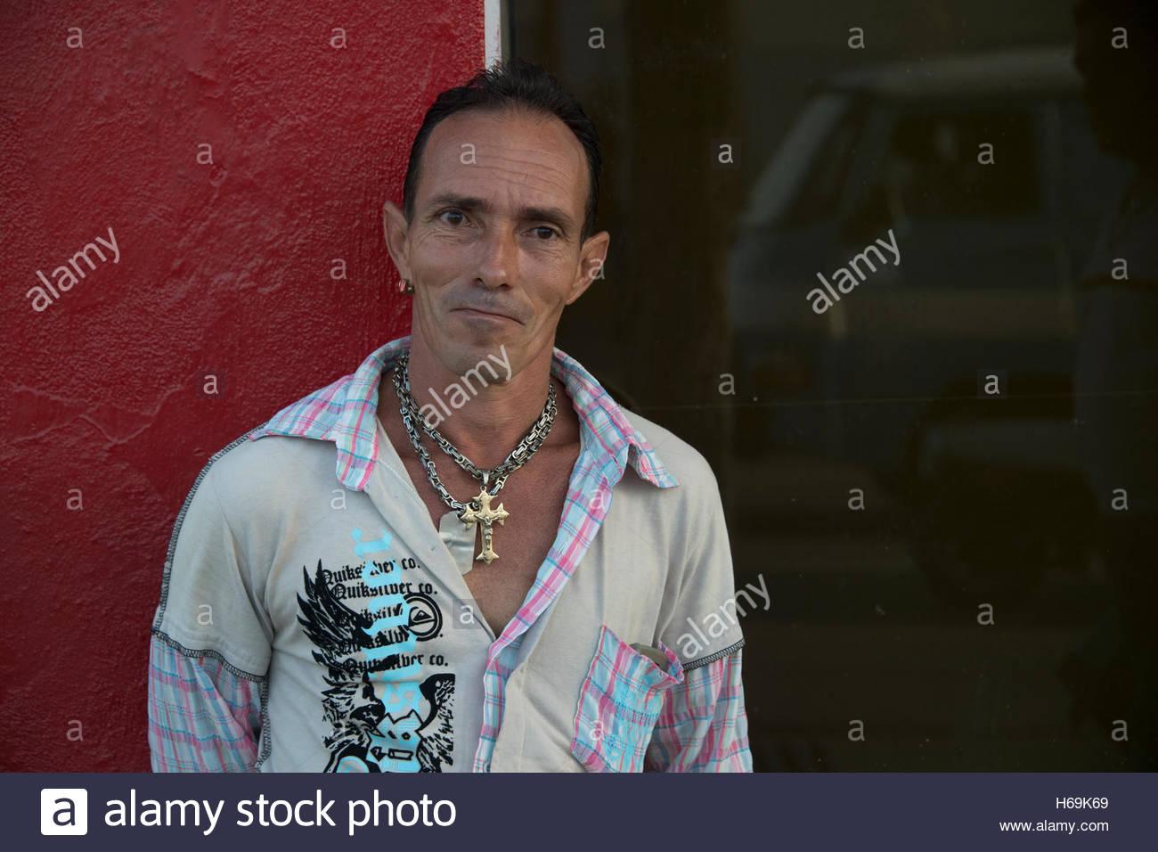 Hombre cubano o el estilo de vida Forma de vida. Retrato del hombre de la calle madurado con cadenas de oro colgando Imagen De Stock