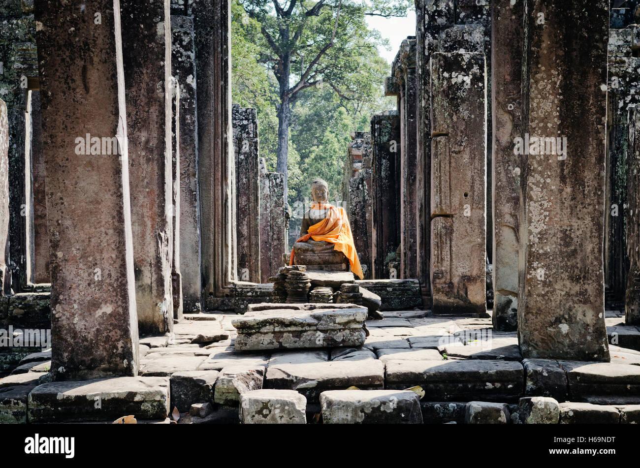 La antigua estatua de Buda de Camboya en el famoso templo de Angkor Wat en Siem Reap, Camboya Imagen De Stock