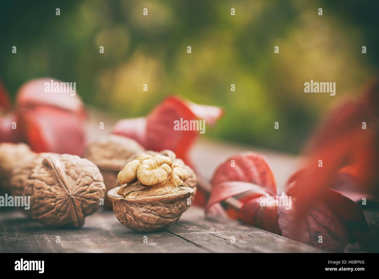 Las nueces sobre la mesa de madera. Borroso fondo verde con un montón de espacio de copia Imagen De Stock