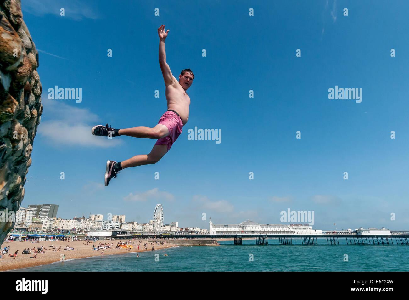 Chico de zambullirse en el mar en la playa de Brighton Imagen De Stock