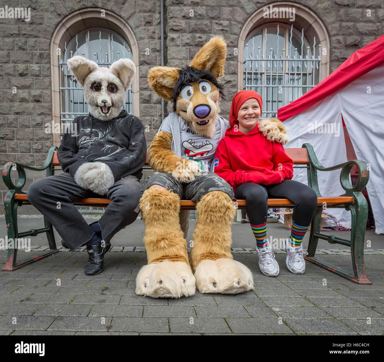 La gente joven con trajes de animales, el día de la independencia, Reykjavik, Iceland Imagen De Stock
