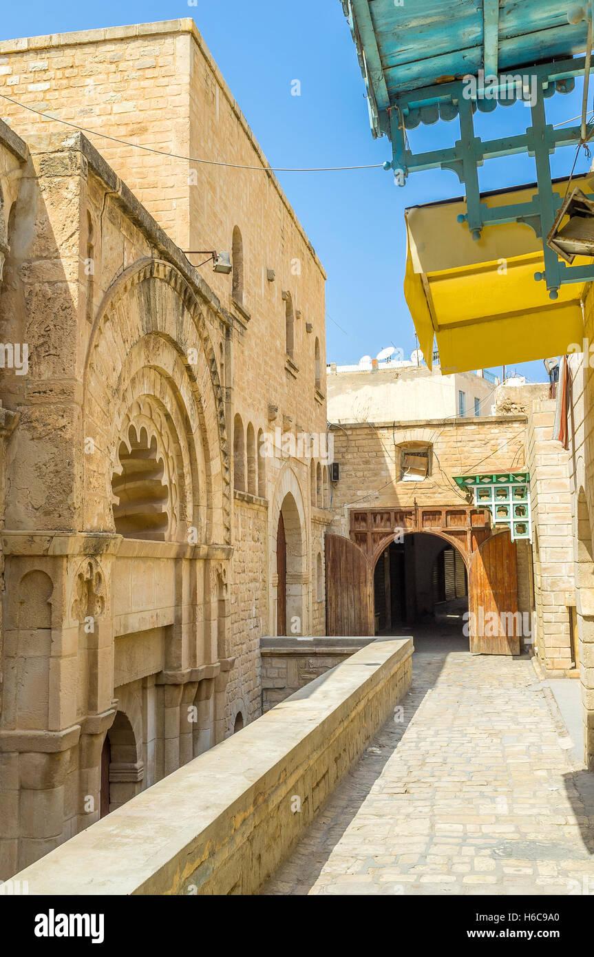 El viejo karavan saray Kalat El Koubba está oculto entre las viejas calles de la Medina, Sousse, Túnez. Imagen De Stock