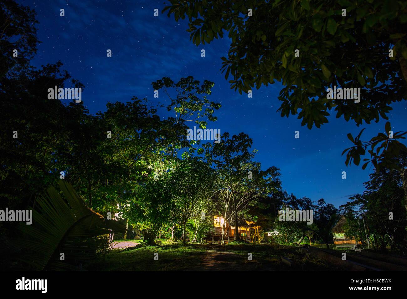 Un shipibo ayahuasca planta centro de curación de la medicina en la amazonía peruana por la noche. Foto de stock