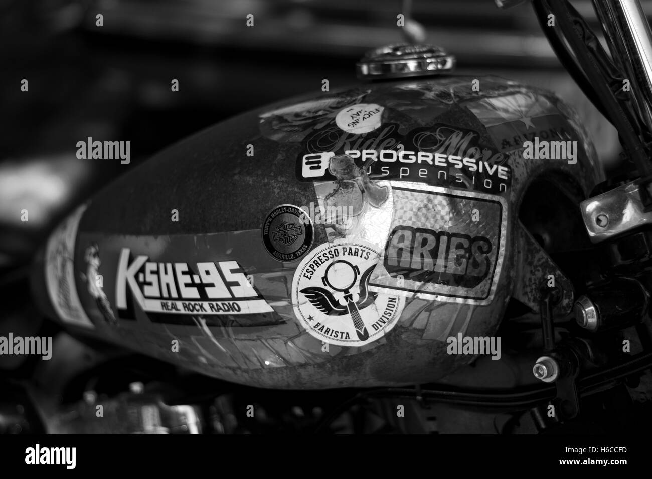 Depósito de motocicleta personalizada fuera de una tienda de café en Saint Louis, Missouri. Imagen De Stock