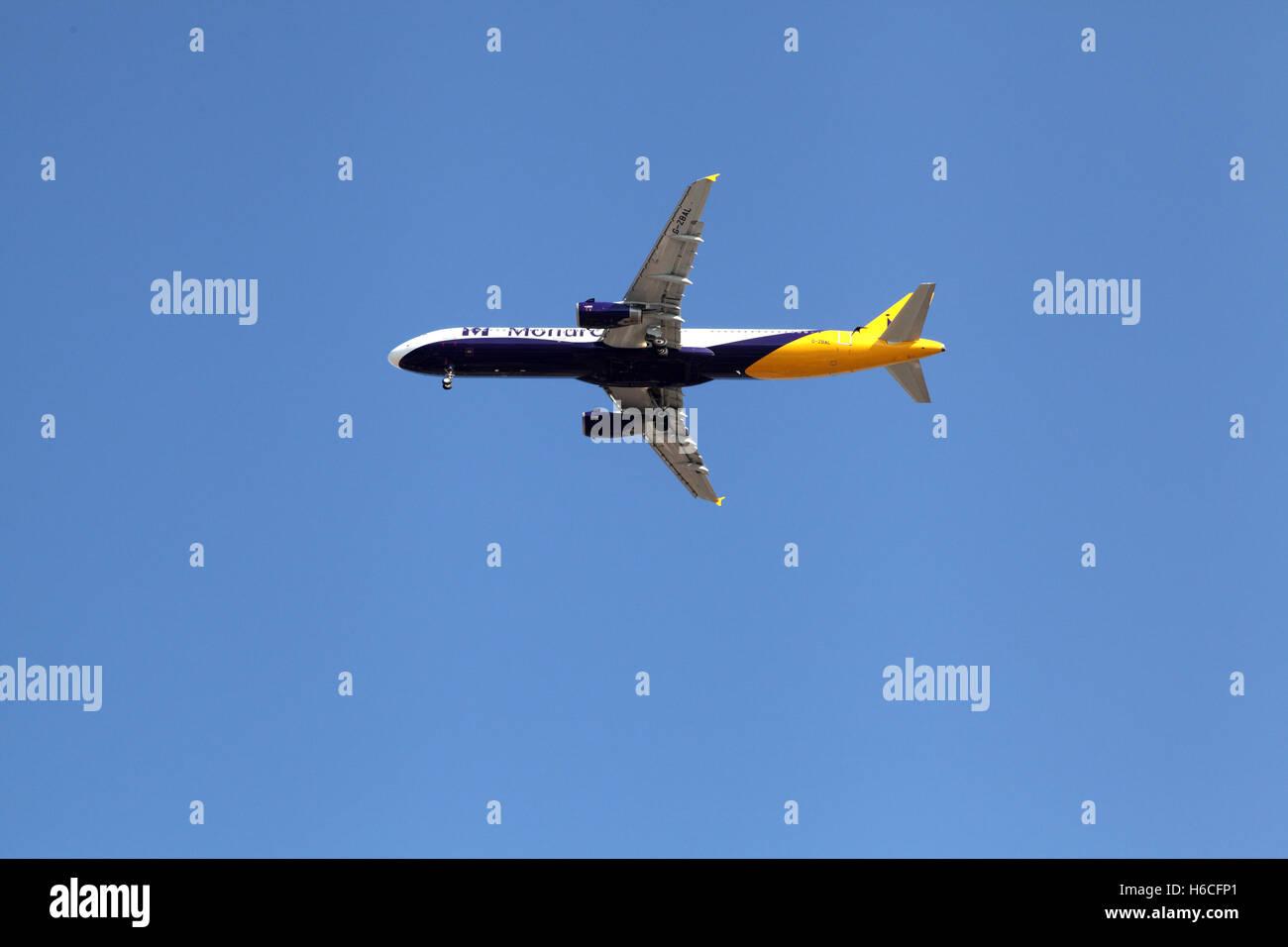 La compañía aérea Monarch aerolínea británica avión cerca de la tierra a los turistas Imagen De Stock