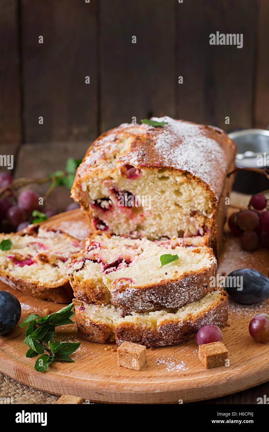 Jugosa y tierna cupcake con ciruelas y uvas Imagen De Stock