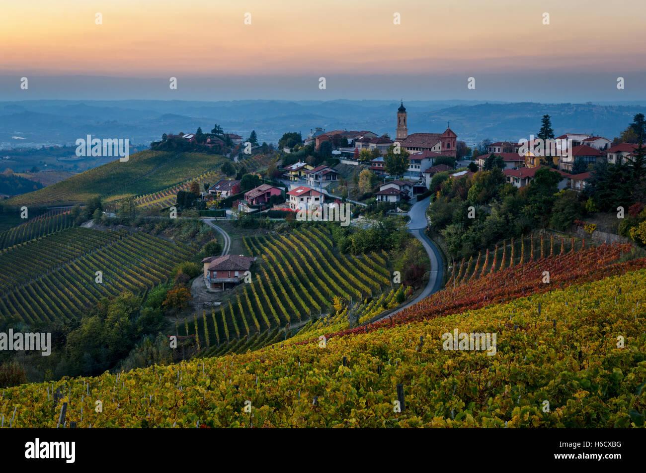 Le Langhe - Treiso y paisaje en colores de otoño al atardecer Foto de stock