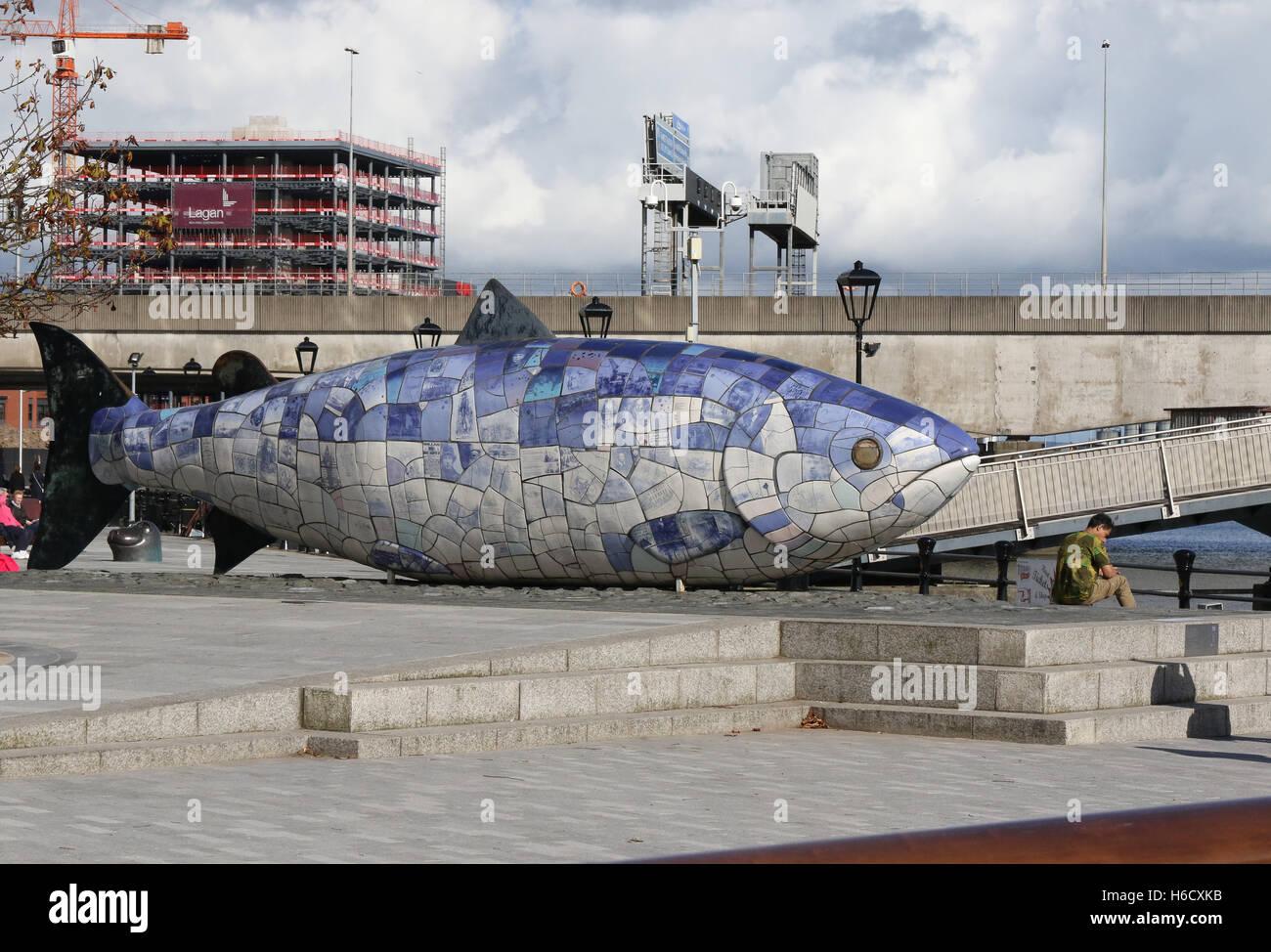 Los grandes peces escultura en el Lagan Weir en Belfast. En el fondo City Quays 2 está en construcción en el puerto de Belfast. Foto de stock