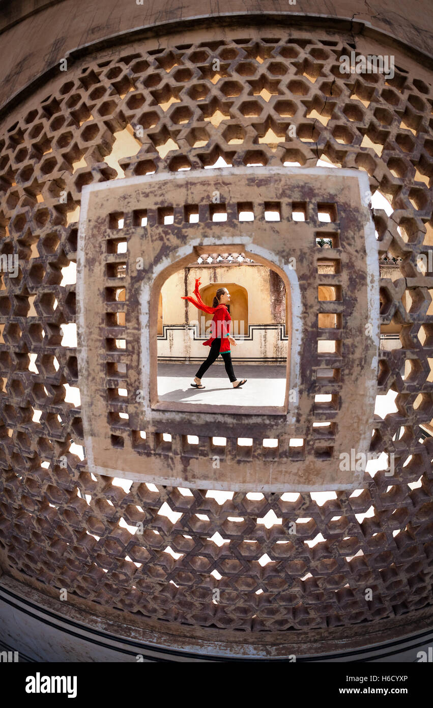 Mujer con bufanda, caminando en el palacio Hawa Mahal, Rajasthan, India Imagen De Stock