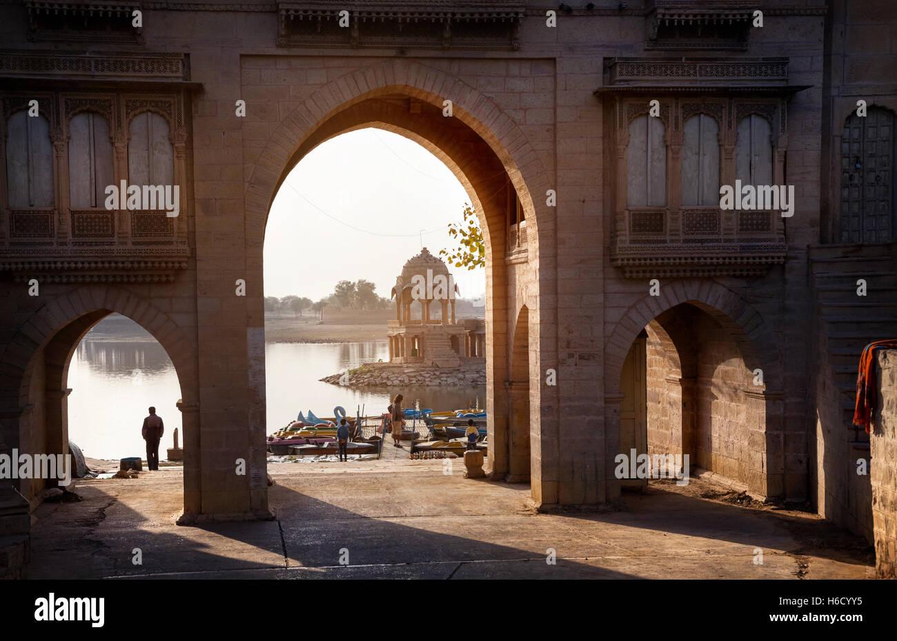 Arco de templo cerca del lago Gadi Sagar al amanecer en Jaisalmer, Rajasthan, India Imagen De Stock