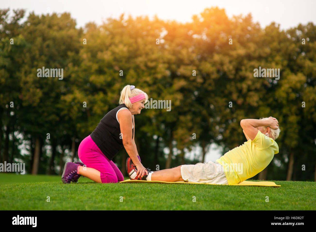 Altos hombre haciendo un ejercicio. Imagen De Stock