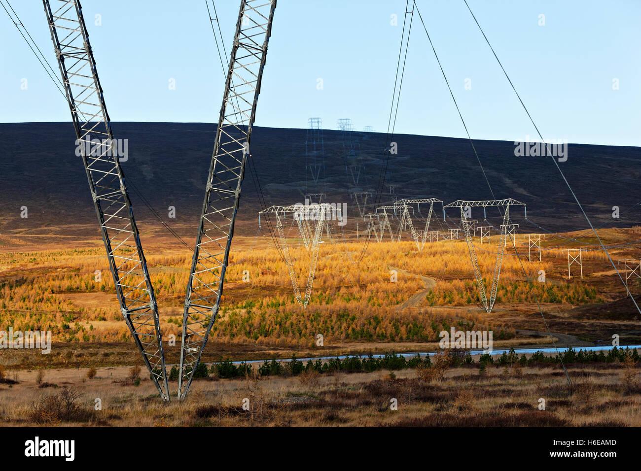 Líneas eléctricas de alta tensión en el paisaje, el este de Islandia, en el Atlántico Norte, Imagen De Stock