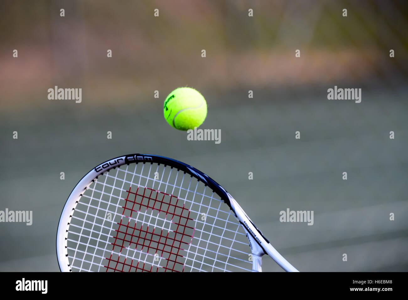 Una raqueta golpeando una pelota de tenis Imagen De Stock