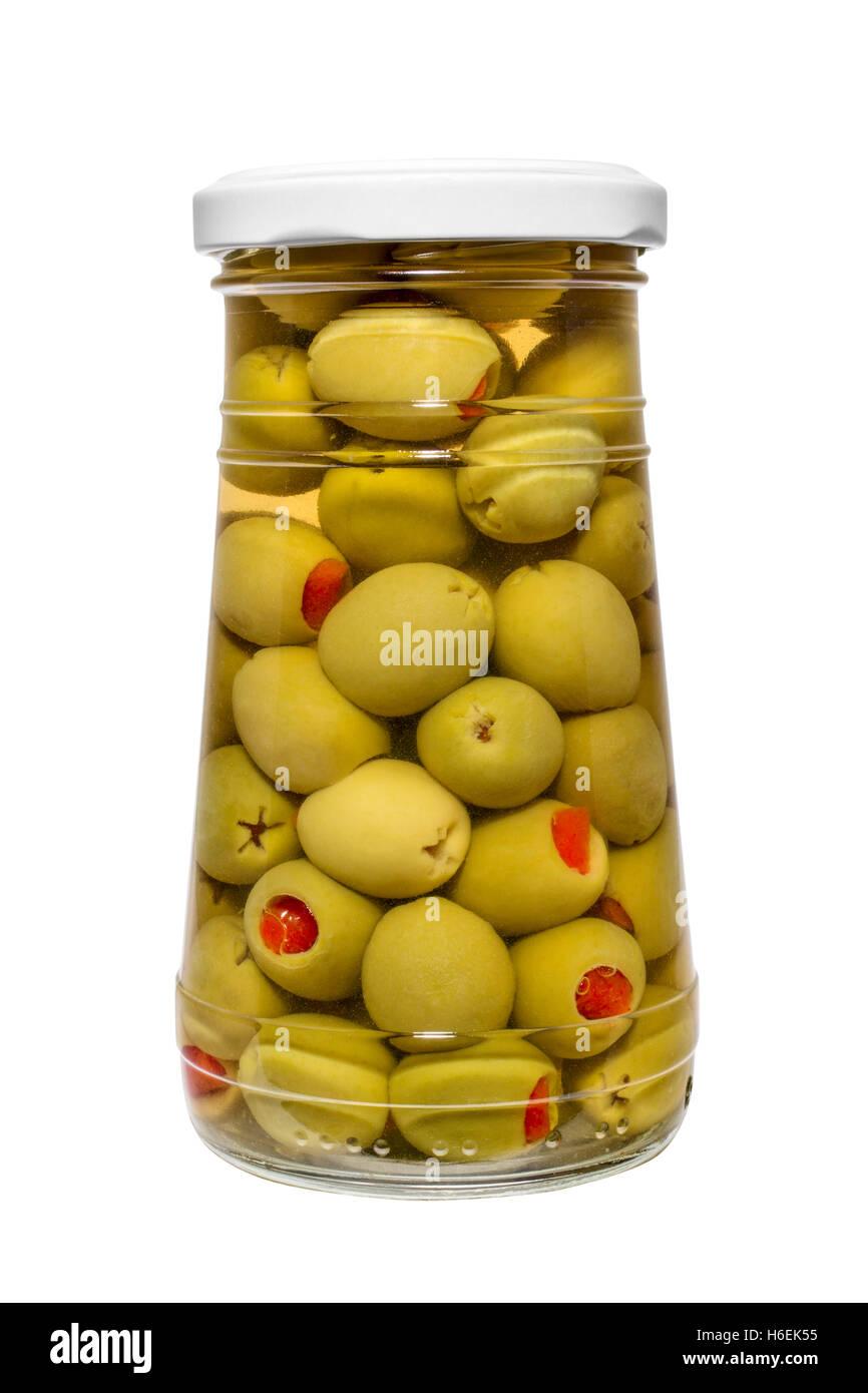 Los alimentos. Tarro de encurtido de aceitunas rellenas con pimientos rojos Foto de stock