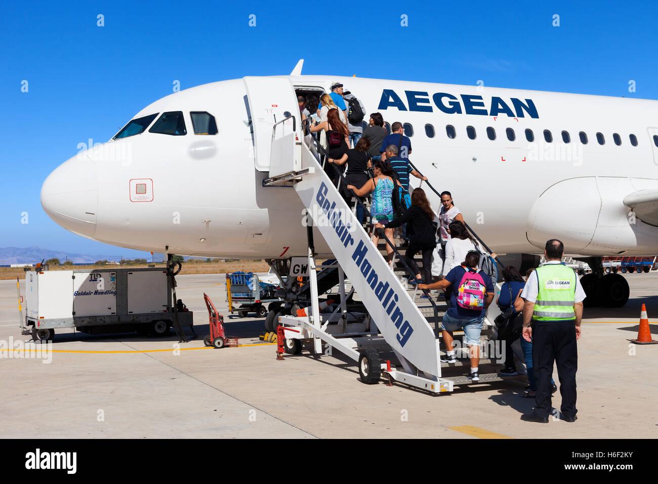 Los pasajeros a bordo de un avión comercial en el aeropuerto internacional de Diagoras de Rodas. Imagen De Stock