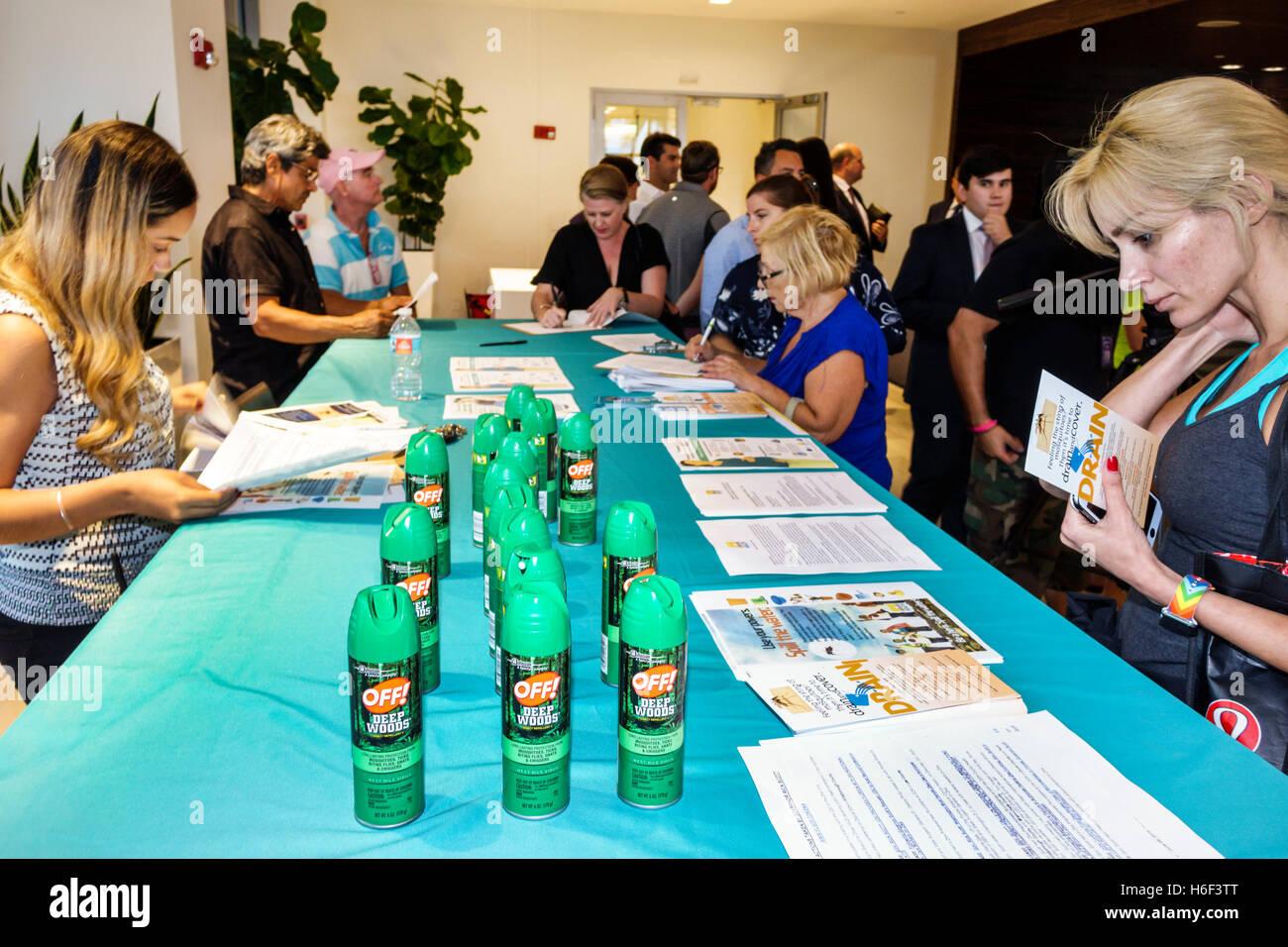 Miami Florida Beach Condominiums Waverly Virus Zika Ayuntamiento reunión libre Mosquito Spray Off! Información literatura Foto de stock