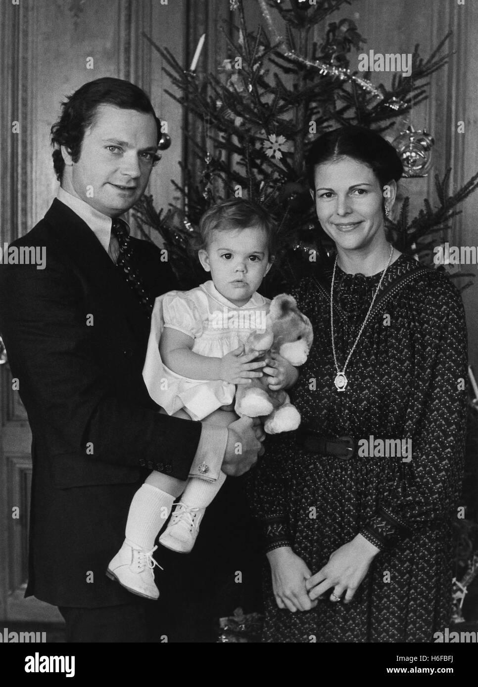 familia-real-pareja-real-con-su-primer-hijo-de-la-princesa-victoria-en-navidad-1978-h6fbfj.jpg