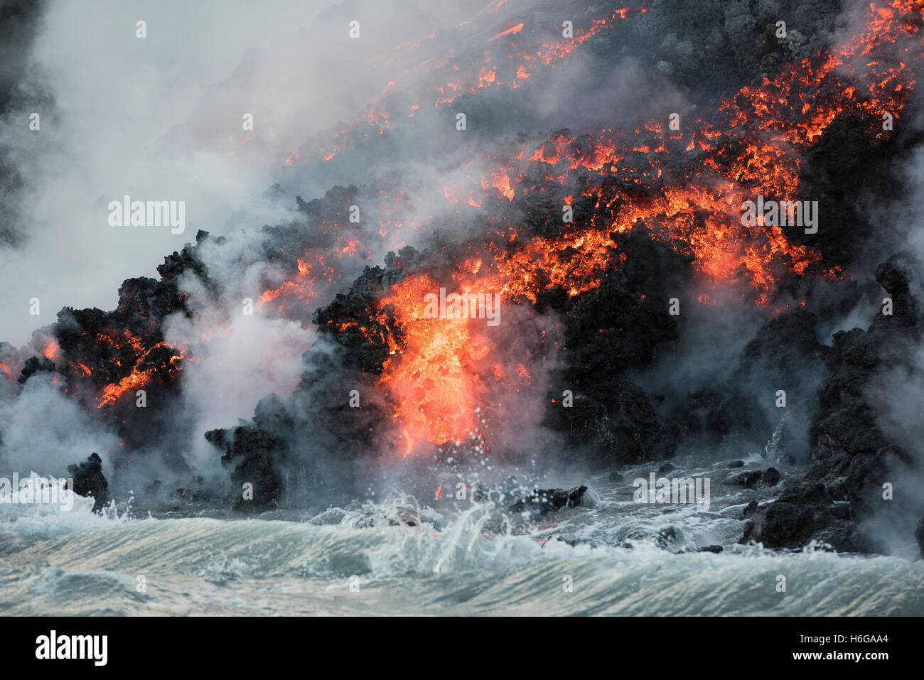Caliente'a lava del volcán Kilauea, alcanza el océano en Kamokuna, Kalapana, Parque Nacional de Los Imagen De Stock