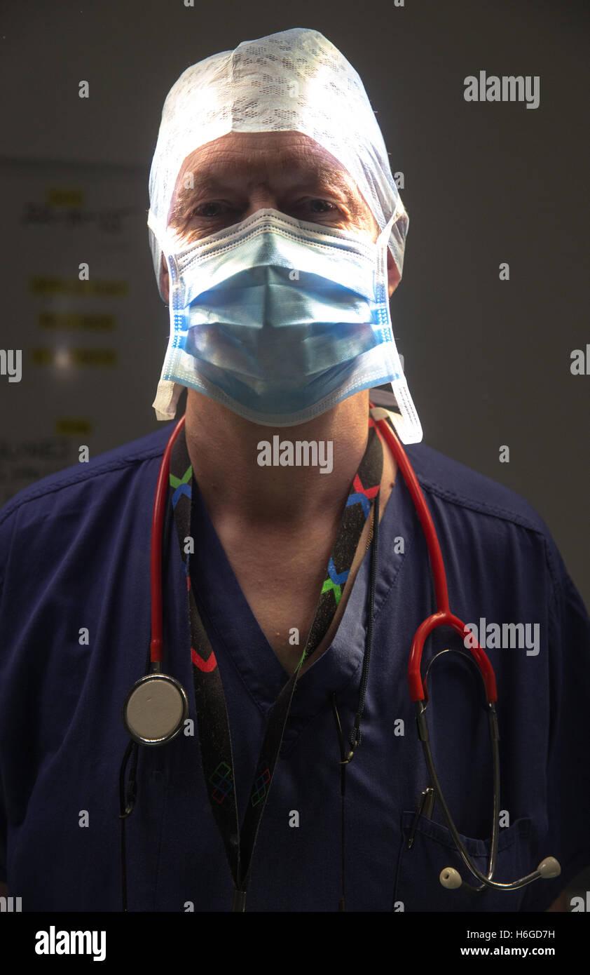 Un cirujano del hospital en un teatro, justo antes de una operación con luces regulables Imagen De Stock